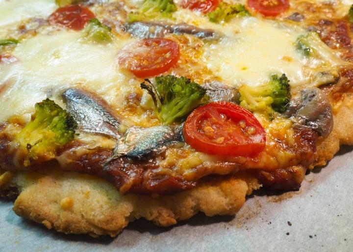 Pizza: pohja ja tomaattikastike & erilaisiatäytteitä