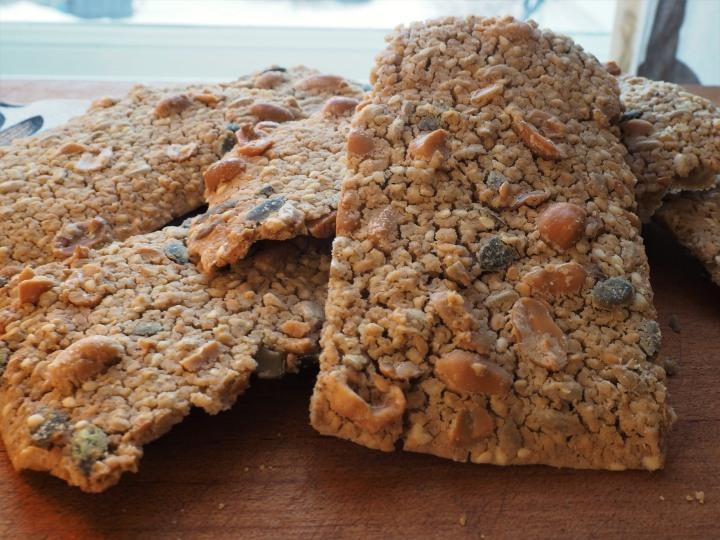 Gluteeniton näkkäri suolapähkinöillä ja siemensekoituksella ryyditettynä