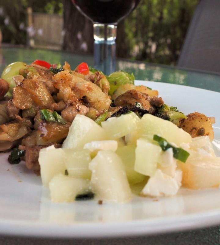 Muurikkapaistos porsaanlihasta ja perunoista, kaksiversiota